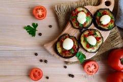 辣油煎的茄子切片用红辣椒、大蒜、草本和无盐干酪 免版税库存照片