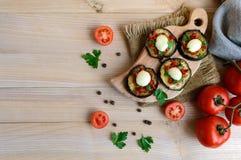 辣油煎的茄子切片用红辣椒、大蒜、草本和无盐干酪 免版税库存图片
