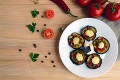 辣油煎的茄子切片用红辣椒、大蒜、草本和无盐干酪 图库摄影