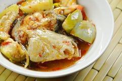 辣油煎的鲶鱼用咖喱和茄子在碗 库存照片