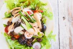 辣海鲜沙拉热和酸用蘑菇 库存图片