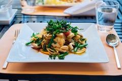 辣混乱油煎了鱼面条用大虾和圣洁蓬蒿叶子 免版税图库摄影