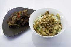 辣混乱油煎的牛肉用蘑菇黏米饭 免版税图库摄影