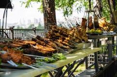 辣炸鸡,鸡kebab,鱼排准备待售作为街道食物 免版税库存图片