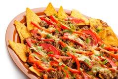 辣烤干酪辣味玉米片用猪肉、蕃茄和胡椒 库存图片