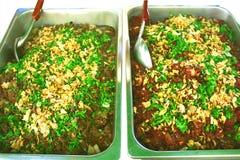 辣煮熟的剁碎的在白色背景的猪肉左和辣未加工的剁碎的猪肉  免版税库存图片