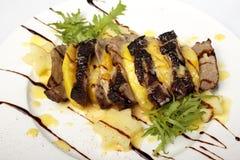 辣牛肉切肉沙拉用红萝卜,蕃茄,黄瓜 免版税库存照片
