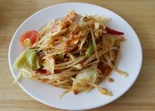 辣番木瓜沙拉用在泰国样式的盐味的鸡蛋 免版税库存照片