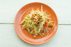 辣番木瓜沙拉用花生、扁豆和菜 图库摄影