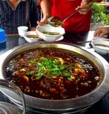 辣罗非鱼香火罐,中国食物 免版税库存图片