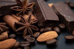 辣背景 桂香纤管、巧克力、咖啡豆和八角 库存图片