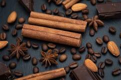 辣背景 E 桂香纤管、咖啡豆和八角和巧克力 图库摄影