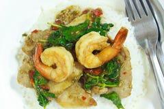 辣蓬蒿虾和猪肉油煎了用米。 免版税库存图片