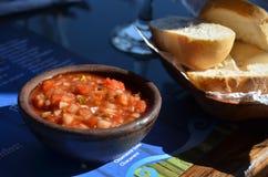 辣蕃茄和辣椒在智利餐馆调味穿戴和面包 图库摄影