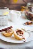 辣被烘烤的梨用核桃,蜂蜜,肉桂条,健康d 库存图片