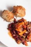 辣豆调味汁和土豆薄烤饼 库存图片