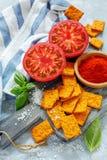 辣面包用蕃茄和海盐 库存照片