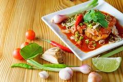 辣鱼罐装沙丁鱼沙拉 图库摄影