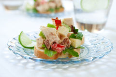 辣鸡丁沙拉的三明治 库存图片