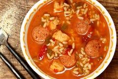 辣Cajun鸡和香肠米浓汤在表上 免版税库存图片