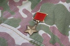 """辨认标题\ """"英雄接收者\""""在苏联camouflag的苏联的金星奖牌是特别权威 库存图片"""