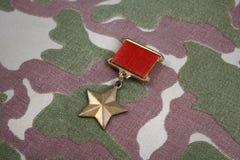 """辨认标题\ """"英雄接收者\""""在苏联camouflag的苏联的金星奖牌是特别权威 免版税库存图片"""