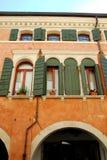 边和一个大厦的门面在特雷维索省的奥德尔佐在威尼托(意大利) 免版税库存图片