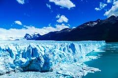 边和全景射击在精采佩里托莫雷诺冰川 库存照片