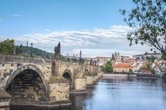 边和布拉格市的查理大桥 库存图片