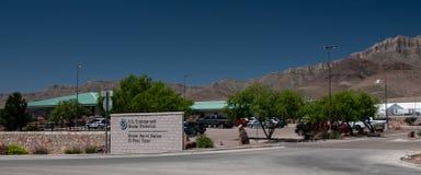 边境巡逻驻地、帕索得克萨斯正门与办公楼和临时帐篷compex在后方 免版税库存图片