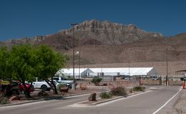 边境巡逻驻地,有新的临时帐篷compex的帕索得克萨斯在后方 库存照片