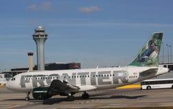 边境收税在芝加哥奥黑尔国际机场的空中客车319航空器在芝加哥 免版税库存照片