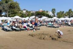 边海岸在旅馆土耳其海滩的有休息的游人的 免版税库存图片