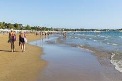 边海岸在旅馆土耳其海滩的有休息的游人的 免版税图库摄影