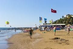 边海岸在旅馆土耳其海滩的有休息的游人的 库存照片