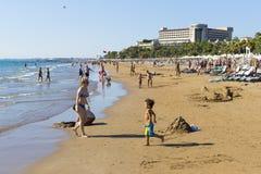 边海岸在旅馆土耳其海滩的有休息的游人的 库存图片
