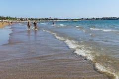 边海岸在旅馆土耳其海滩的有休息的游人的 免版税库存照片