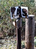 边界标志照片  分离土地剧情的塑料边界标志 库存图片