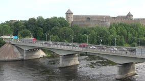 边界桥梁的看法在俄罗斯和爱沙尼亚,云彩天在威严的Ivangorod,列宁格勒地区的边界的 影视素材