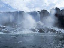 边界的尼亚加拉瀑布在美国和加拿大之间 库存图片