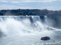 边界的尼亚加拉瀑布在美国和加拿大之间 免版税库存照片