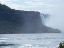 边界的尼亚加拉瀑布在美国和加拿大之间 免版税图库摄影