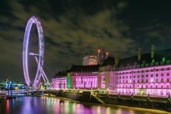 从边的伦敦眼在桃红色 库存图片