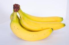 从边的香蕉束 免版税库存照片