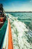 从边的水泡沫小船 免版税库存照片