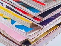 边缘参差不齐被堆积的重点杂志 免版税图库摄影