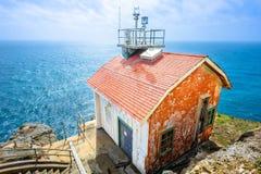边缘和蓝色海洋的老房子 免版税库存照片