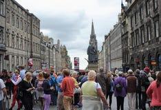 边缘节日的游人在皇家英里在爱丁堡,苏格兰, 11 08 2015年 库存图片