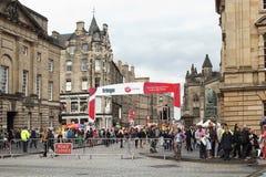 边缘节日的游人在皇家英里在爱丁堡,苏格兰 图库摄影