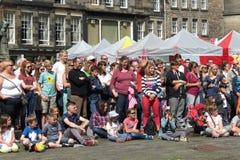 边缘节日观众在爱丁堡 免版税库存图片